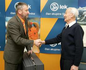 Zlatko Ajd, Head of Lek in Prevalje presents the donation to Franc Telcer, the Head of the Prevalje Station of the MRS