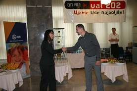 Katja Razinger, Lek Head of Marketing and sales for Slovenia, and Mirko Stular, Editor in Chief at Radio Slovenia VAL 202 shake their hands...