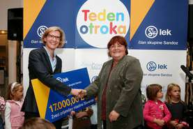 Anette Weber, member of the Lek Board of Management handed over 17,000 euros to Majda Struc, secretary general of the Slovenian Friends of Youth Association for their programmes